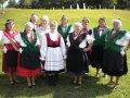 A Poroggi Gyöngyvirág Nyugdíjas Klub népviselete. Középen székely népviselet